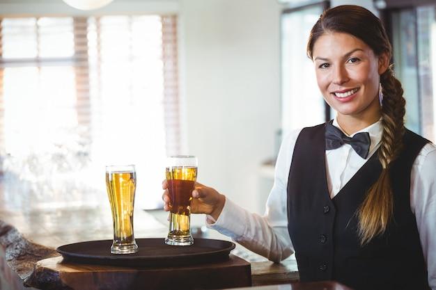 Serveuse tenant une bière