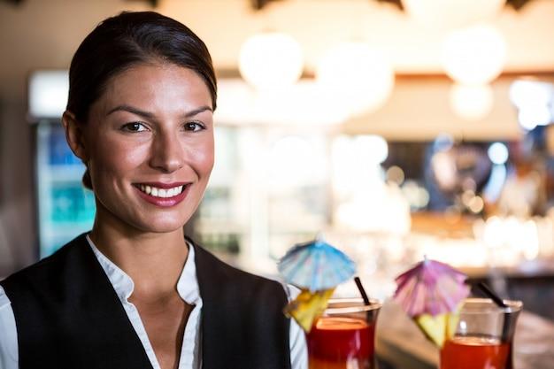 Serveuse, tenue, cocktails