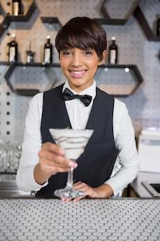 Serveuse, tenue, verre, cocktail, barre, compteur