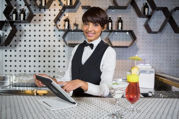 Serveuse, utilisation, tablette numérique, dans, bar, compteur