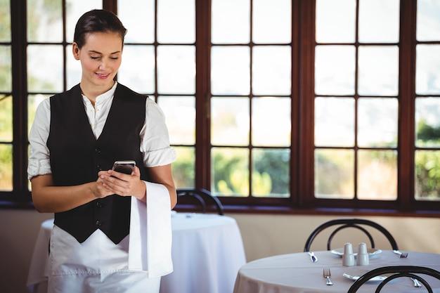 Serveuse, Utilisation, Téléphone Portable Photo Premium