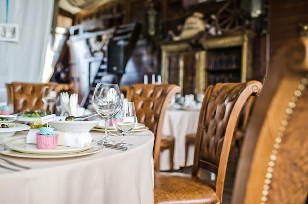Servi à table ronde, dîner dans un restaurant de luxe