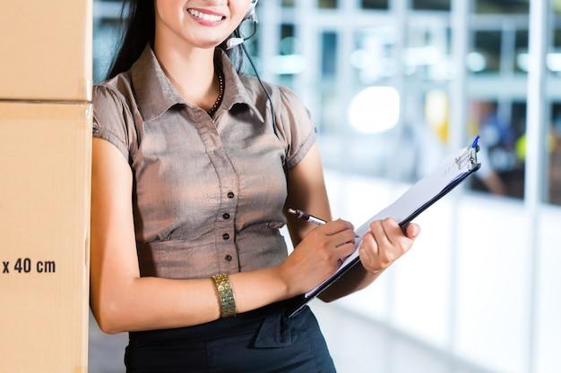 Service client dans un entrepôt logistique asiatique