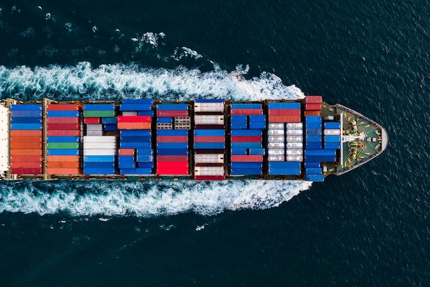 Service commercial de transport international par navire de fret de fret conteneur ouvert en vue aérienne de la mer profonde