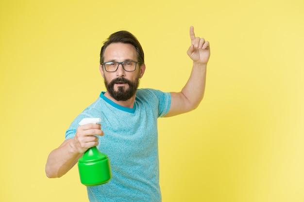 Service domestique. homme du service domestique avec spray dans les verres. publicité de service domestique. homme célibataire a besoin de service domestique. prêt à nettoyer.