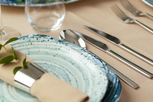 Service élégant sur une assiette en céramique verte avec une serviette en coton