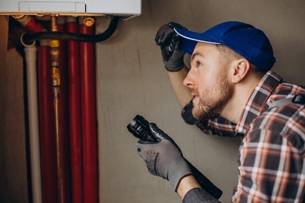 Service homme réglage du système de chauffage de la maison