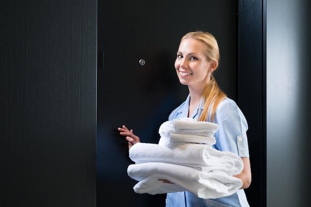 Service à l'hôtel, changement des serviettes