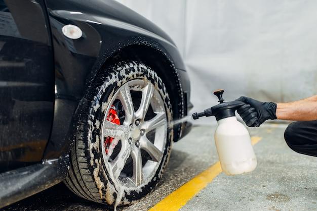 Service de lave-auto, nettoyage des roues avec un agent spécial.