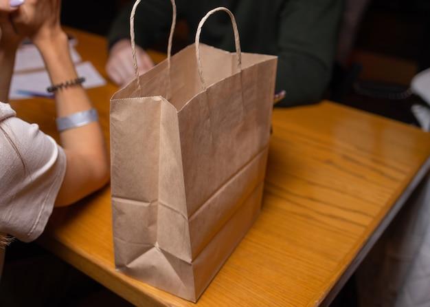 Service de livraison de courrier à domicile. une femme de messagerie a livré la commande sans sac de nom avec de la nourriture.