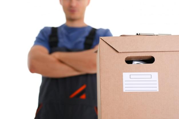 Le service de livraison de courrier spécialisé transporte des boîtes avec des colis, les choses des clients travaillant comme chargeur livrent tout aux adresses spécifiées, prêtes à exécuter toute commande à une heure spécifiée