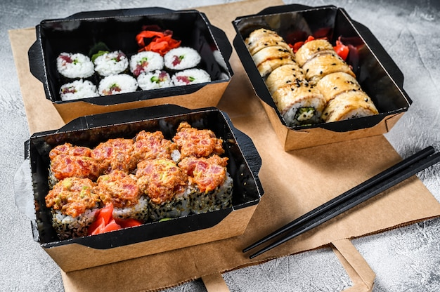 Service de livraison de nourriture japonaise roule dans une boîte. .