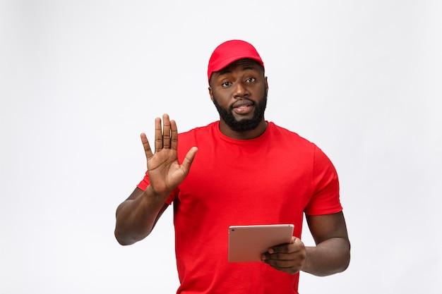 Service de livraison - portrait de sérieux livreur afro-américain avec tablette