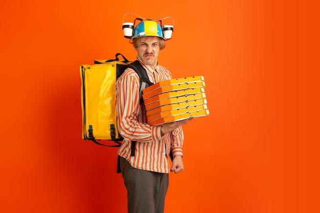 Service de livraison sans contact pendant la quarantaine l'homme livre de la nourriture et des sacs à provisions pendant l'isolation
