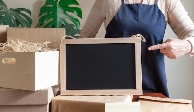 Service de livraison des travailleurs don emballage sac boîte tablier emballeur main bureau de poste