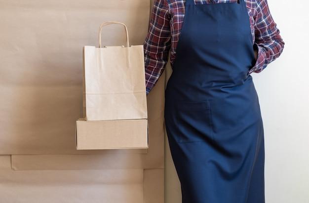 Service de livraison des travailleurs emballage sac boîte tablier emballeur expédition café ouvert à emporter