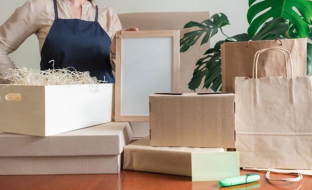 Service de livraison des travailleurs emballage sac boîte tablier emballeur main bureau de poste