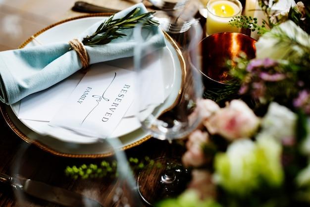 Service de réglage de table de restaurant élégant pour réception avec carte réservée
