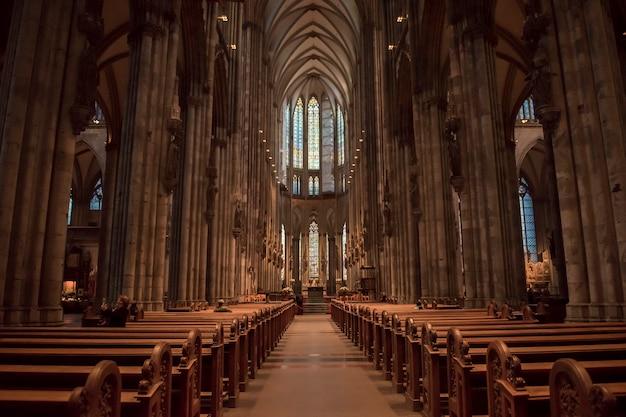 Service religieux dans la cathédrale de cologne, en allemagne.