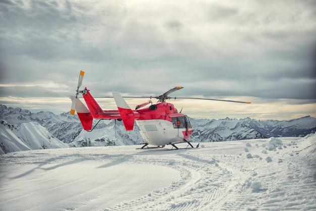 Service de sauvetage en montagne par hélicoptère en hiver