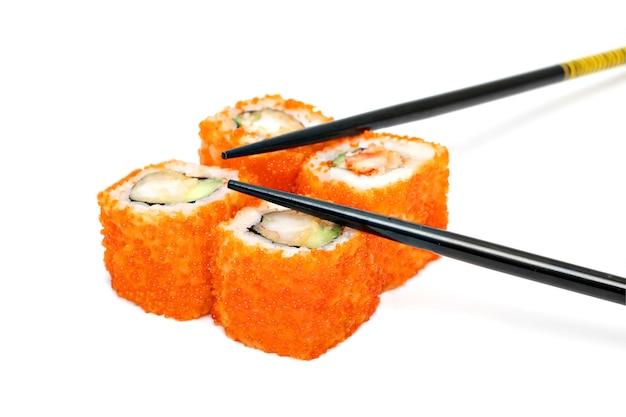 Service à sushi - quatre rouleaux au caviar rouge