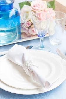 Service de table avec assiettes, tasses, ustensiles et fleurs