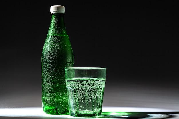 Service de table avec bouteille d'eau minérale et verre