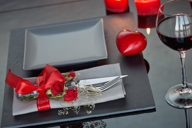 Service de table avec décoration de vacances. dîner romantique.