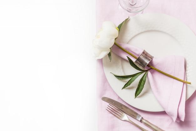 Service de table elegance avec plante sur nappe en lin rose