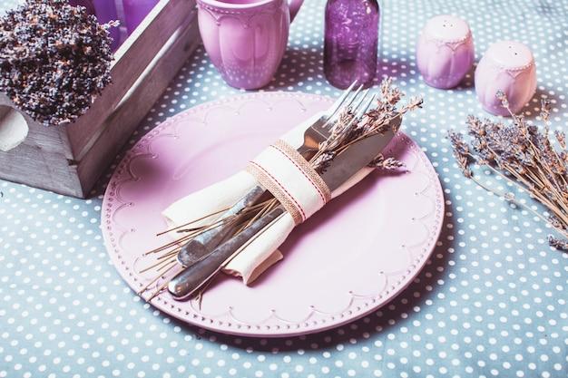 Service de table lavande rustique - fleurs sèches et vaisselle lilas
