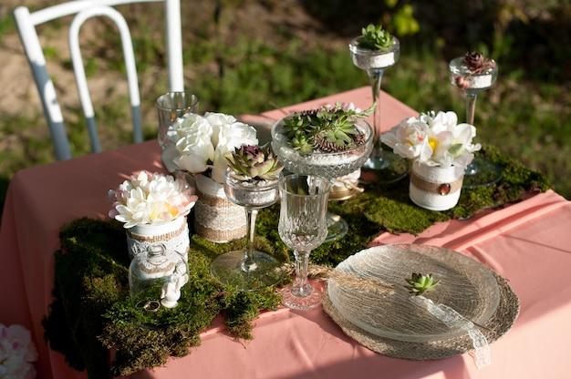 Service de table de mariage rustique avec plantes succulentes et mousse