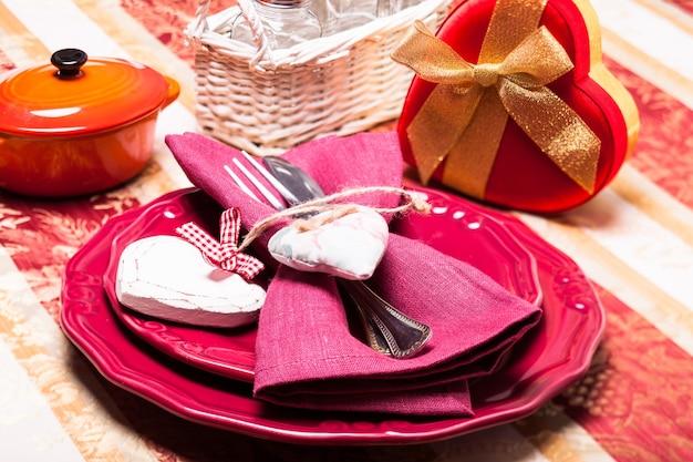 Service de table réalisé en rouge et or pour le dîner de la saint-valentin