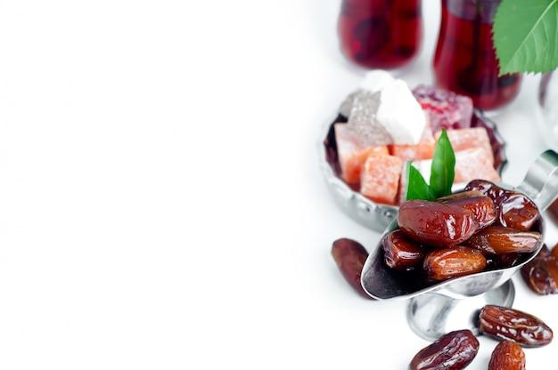 Service à thé arabe traditionnel et dattes séchées.