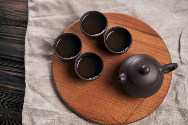 Service à thé asiatique sur une planche de bois traditions du thé