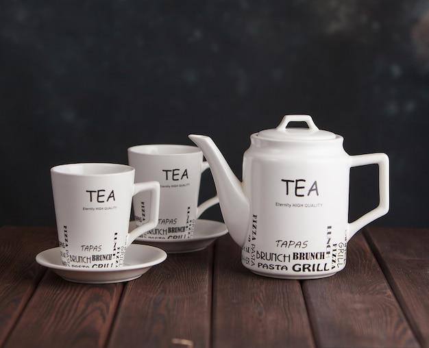 Service à thé blanc sur une table en bois