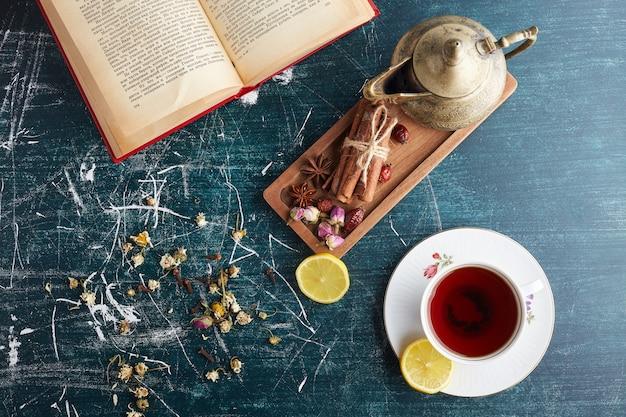 Service à thé avec des bonbons et des herbes.