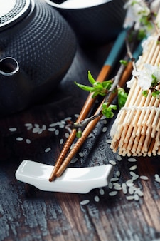 Service à thé chinois et baguettes