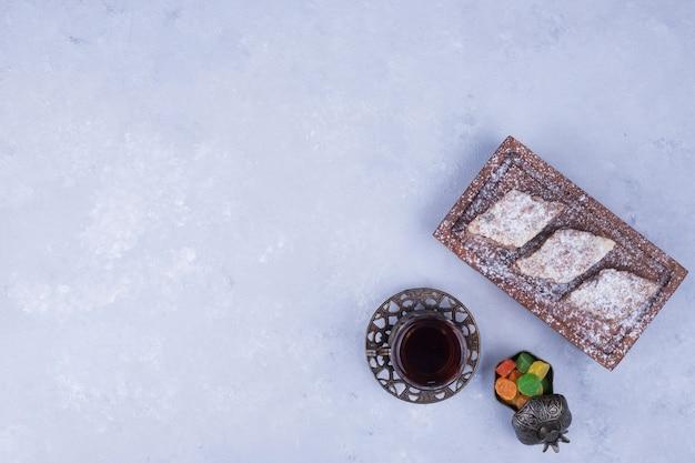 Service à thé du caucase avec verre à thé métallique et plateau de pâtisserie, vue du dessus