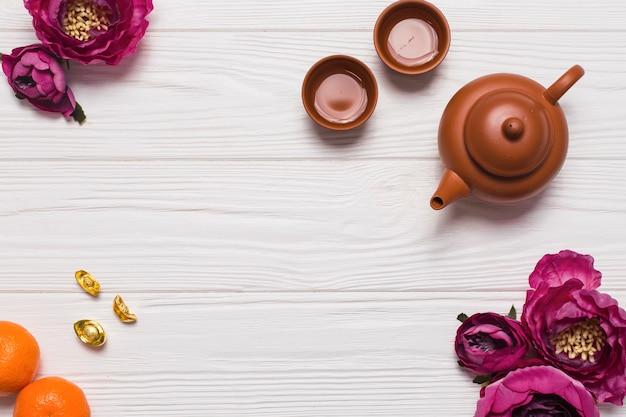 Service à thé et fleurs sur table en bois