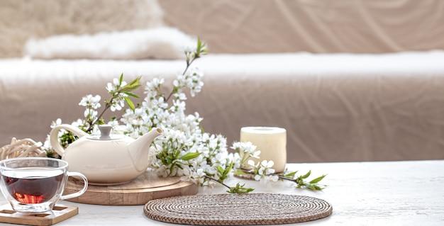 Service à thé avec des fleurs sur une table