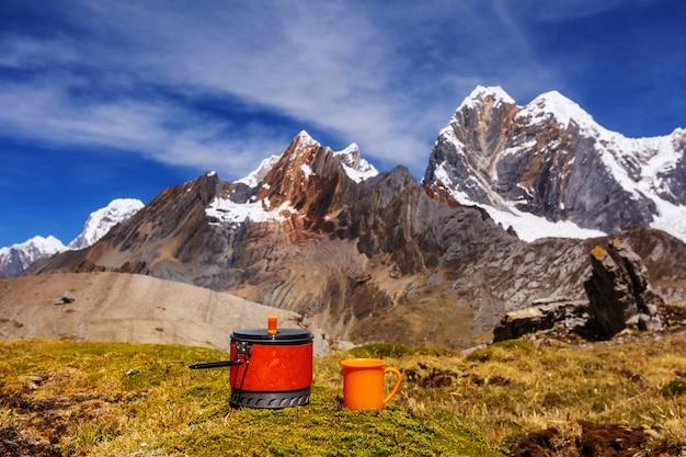Service à thé en haute montagne. scène de randonnée dans la cordillère huayhuach, pérou.