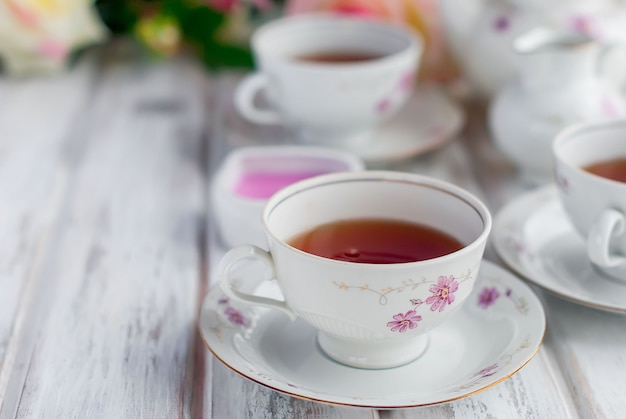 Service à thé avec imprimé floral