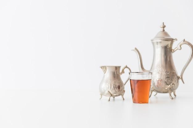 Service à thé en métal et verre de thé