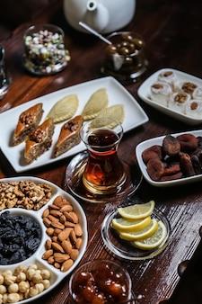 Service à thé avec des noix et des collations