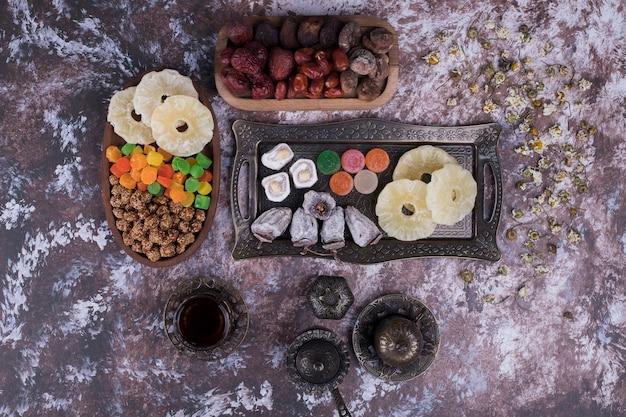 Service à thé avec pâtisseries et fruits secs