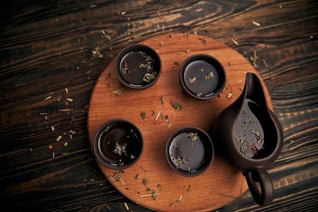 Service à thé sur une photo de planche de bois avec un fond