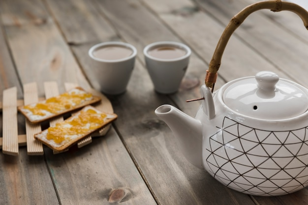 Service à thé sur une table en bois