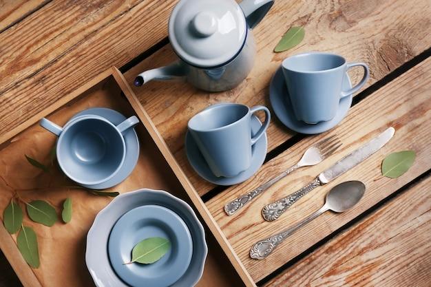 Service à thé sur table en bois