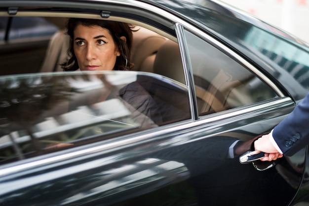 Service de transport de taxi pour femme d'affaires