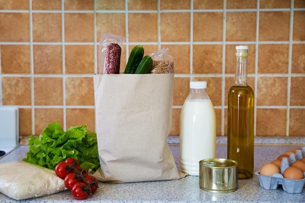 Services de livraison à domicile produits alimentaires légumes, lait, huile d'olive, œufs, saucisses, riz